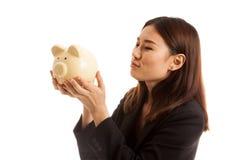 Молодой азиатский поцелуй бизнес-леди розовый банк монетки Стоковые Изображения
