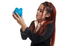 Молодой азиатский поцелуй бизнес-леди розовый банк монетки Стоковые Фотографии RF