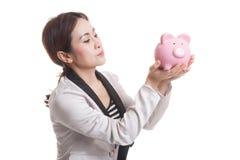 Молодой азиатский поцелуй бизнес-леди розовый банк монетки Стоковое фото RF