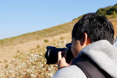 Молодой азиатский туристский человек принимая фото с камерой dslr на след природы лотка Kew Mae на Doi Inthanon, Chaingmai, Таила Стоковая Фотография RF