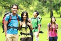 Молодой азиатский укладывать рюкзак пар, внешний стоковая фотография