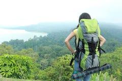 Молодой азиатский укладывать рюкзак перемещения женщины, внешний Стоковые Фото