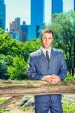 Молодой американский путешествовать бизнесмена, работая в Нью-Йорке, такин Стоковое Изображение