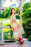 Молодой американский путешествовать девушки, ослабляя на Central Park, новое Yor Стоковое фото RF