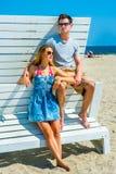 Молодой американский путешествовать пар, ослабляя на пляже в новом Je Стоковая Фотография