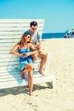 Молодой американский путешествовать пар, ослабляя на пляже в новом Je Стоковое Изображение RF