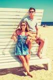 Молодой американский путешествовать пар, ослабляя на пляже в новом Je Стоковые Фото