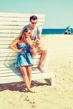 Молодой американский путешествовать пар, ослабляя на пляже в новом Je Стоковые Изображения RF