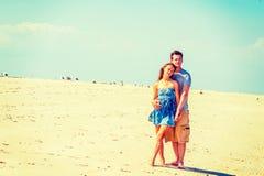 Молодой американский путешествовать пар, ослабляя на пляже в новом Je Стоковое Изображение
