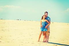 Молодой американский путешествовать пар, ослабляя на пляже в новом Je Стоковая Фотография RF