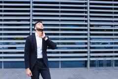 Молодой арабский человек показывает утомлянную боль шеи в деловом центре Стоковое Изображение