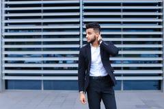 Молодой арабский человек показывает утомлянную боль шеи в деловом центре Стоковое фото RF