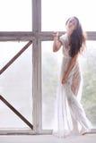 Молодой артист балета - гармоничная милая женщина представляя в студии Стоковые Фотографии RF
