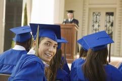 Молодой аспирант присутствуя на выпускной церемонии Стоковое фото RF