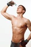 Молодой атлетический человек льет воду Стоковое фото RF