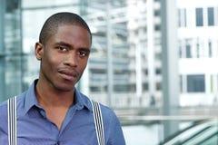 Молодой африканский бизнесмен в голубых рубашке и подтяжках Стоковая Фотография RF