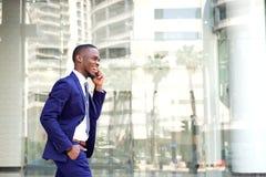 Молодой африканский бизнесмен говоря на сотовом телефоне Стоковая Фотография