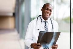 Молодой африканский врач стоковые фотографии rf