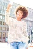 Молодой Афро-американский представлять девушки внешний Стоковая Фотография