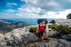 Молодой альпинист на верхней части острова Стоковая Фотография