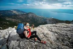 Молодой альпинист на верхней части острова Стоковые Фото