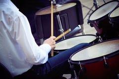 Молодой барабанщик играет комплект барабанчика стоковые изображения