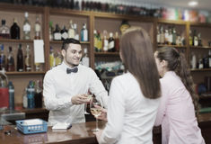 Молодой бармен и усмехаясь женщины Стоковое Изображение