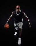 Молодой баскетболист представляя на камере Стоковая Фотография RF