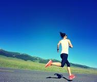 молодой бегун женщины фитнеса бежать на горной тропе Стоковые Фото