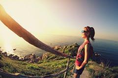 Молодой бегун следа женщины фитнеса наслаждается взглядом Стоковое фото RF
