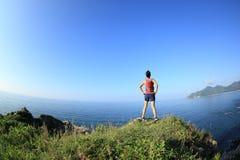 Молодой бегун следа женщины фитнеса наслаждается взглядом Стоковые Фото