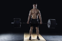 Молодой без рубашки человек делая тренировку deadlift на спортзале Стоковое Фото