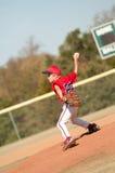 Молодой питчер бейсбола на насыпи Стоковое Изображение RF