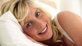 Молодой белокурый с волосами отдыхать женщины видеоматериал