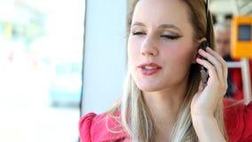 Молодой белокурый трамвай катания женщины, говоря на черни, телефон, клетка акции видеоматериалы