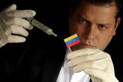 Молодой бизнесмен дает финансовую впрыску к венесуэльскому флагу Стоковые Фотографии RF