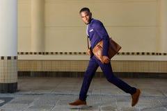 Молодой бизнесмен бежать на улице города Стоковая Фотография RF