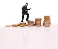 Молодой бизнесмен взбираясь сделанные шаги Стоковые Фото