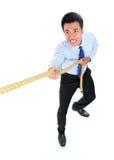 Молодой бизнесмен вытягивая веревочку пока стоящ стоковое изображение