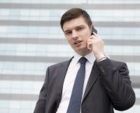 Молодой бизнесмен в городских условиях Стоковая Фотография