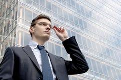 Молодой бизнесмен в городских условиях Стоковое Изображение