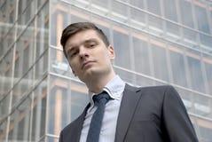Молодой бизнесмен в городских условиях Стоковое фото RF