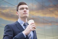 Молодой бизнесмен в городских условиях Стоковые Фотографии RF