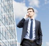 Молодой бизнесмен в городских условиях Стоковые Фото