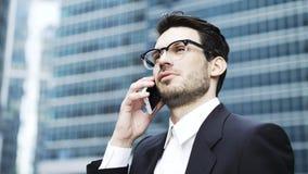 Молодой бизнесмен говоря на телефоне на лестнице outdoors, близко вверх сток-видео