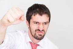 бизнесмен держит рукоятки поднимающим вверх и празднует успех стоковое изображение rf