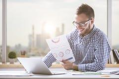 Молодой бизнесмен делая обработку документов Стоковое фото RF