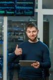 Молодой бизнесмен инженера с таблеткой в roo сетевого сервера Стоковое Изображение