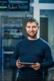 Молодой бизнесмен инженера с таблеткой в roo сетевого сервера Стоковая Фотография RF