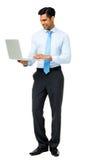 Молодой бизнесмен используя компьтер-книжку стоковая фотография rf